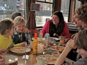 Pannekoekenboot Amsterdam rondvaart over het IJ door de haven met onbeperkt pannenkoeken eten