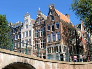 Over de Amsterdamse grachten met een rondvaartboot door het centrum van Amsterdam