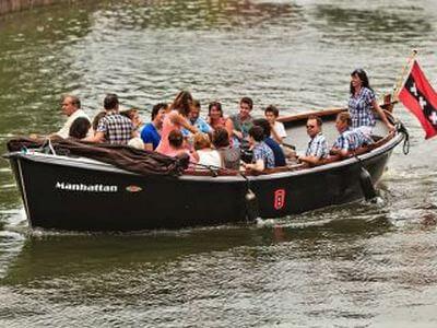 Sloep of salonboot huren in Amsterdam voor een rondvaart op maat over de grachten
