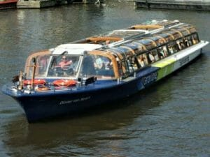 Bootsfahrt Amsterdam im grossen Grachtenboot Busboot Rundfahrtboot