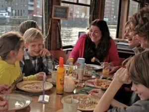 Schlemmer-Bootsfahrt Amsterdam Grachtenfahrt mit Pizza Pfannkuchen oder schickem Abendessen an Bord